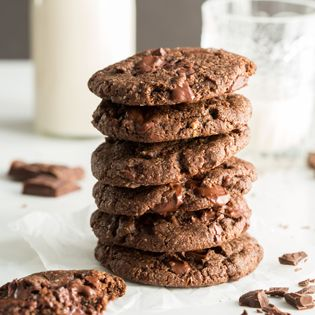 Uma bacia cookies pedaço do chocolate duplo