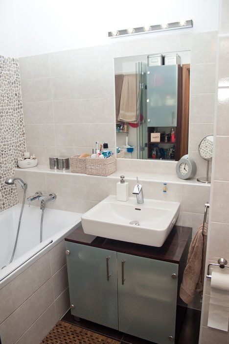 Koupelna má obklady Sincro, sanita je značky Ravak. Koupelnový nábytek byl vyroben na míru v JN Interiér