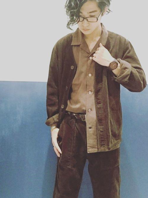 秋のブラウンコーデ🍁 ブラウンのコーデュロイセットアップにオープンカラーシャツの半分inで他とは違