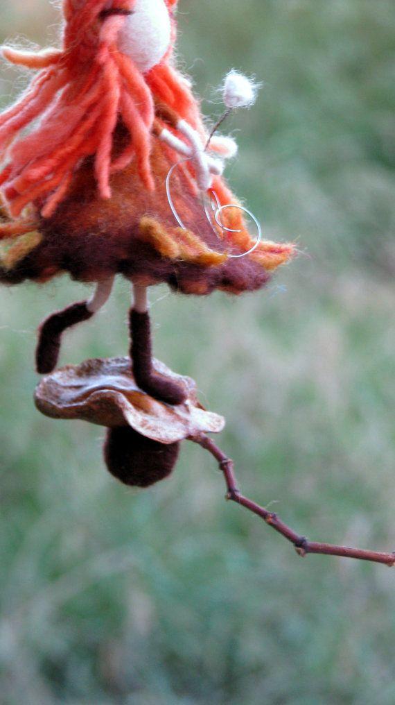 Naald vilten Waldorf Geïnspireerd weinig herfst - val Fairy Ornament - Mobile - Gevilte Pop - Art-Pop Ik hou gewoon van wol te combineren met de natuur. Deze kleine feeën zijn mijn favoriete creaties. Elk van hen heeft zijn eigen persoonlijkheid, er kunnen geen twee hetzelfde. Naald vilten Waldorf Geïnspireerd weinig herfst - val Fairy Ornament - Mobile - Gevilte Pop - Art-Pop U vindt veel plaatsen goed voor hen in het huis - een kleine toevoeging van magie. Ik ben dol op hen maken als…