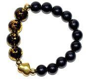 Bransoletka ze szklanych koralików w kolorze czarnym i czarno - złotym, z ozdobą w postaci metalowego serca w kolorze złotym.
