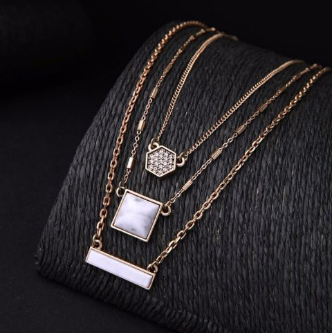 These chains can be worn in 3 different ways. Smart & Chic, this is totally worth a buy!