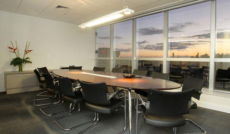 ADDITIVA | TRILUX - Junção de 4 salas comerciais para ampliar e setorizar melhor as 2 empresas. Sala de reuniões para 14 pessoas e sala da diretoria com paredes divisórias e demais espaços todos integrados: copa, administração, financeiro, supply chain, gerência comercial e gerência técnica. Área: 185m².