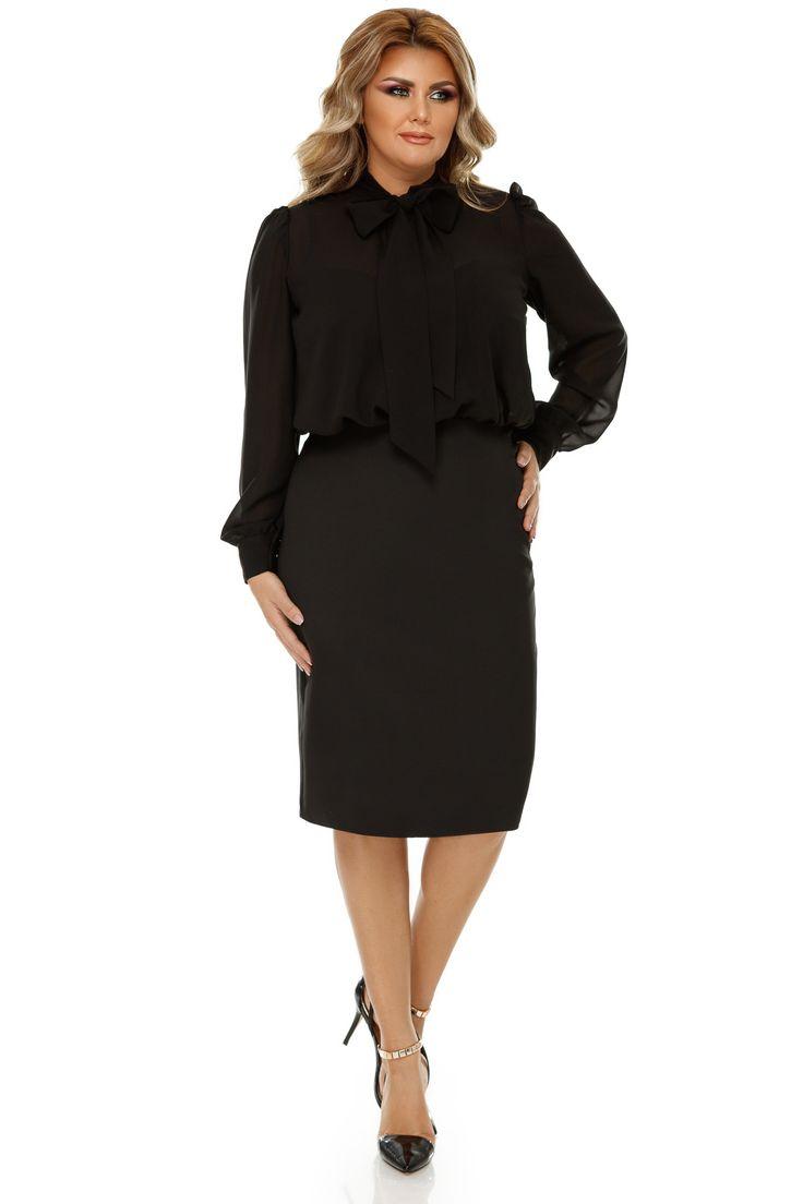 Rochie Plus Size Livia Neagra - O piesă vestimentară ideală pentru femeile puternice care își asumă cu încredere o ținută all black este rochia plus size Livia neagră. Aspectul de costum al rochiei o face potrivită atât pentru birou cât și pentru diverse evenimente formale, dacă o accesorizezi corespunzător. Mai de