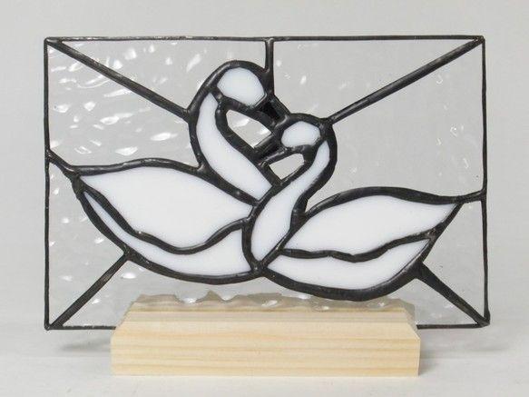 スワン(白鳥)をモチーフにしたステンドグラスパネルを木製の台座にセットしました。別売の「ランプベースW」と併せてライトアップをすることも出来ます。*材質:ガラス、カッパ(銅)テープ*台座(木製 木地仕上げ)*ステンドグラスパネルと台座は脱着式となります。*ライトアップの写真は別売の「ランプベースW」 と組み合わせたもので、ランプベースは付属品ではありません。*サイズ:幅164㎜×奥行40㎜×高119㎜※アンテークガラ�%
