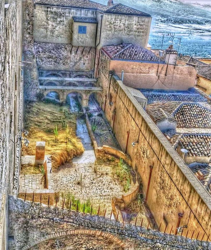 Monastero di Santa Chiara _ Chiostro - La posa della prima pietra del monastero risale al 2 giugno 1610, . Fu occupato dalle suore Clarisse a partire dal 15 maggio 1668, fino alla soppressione dell'ordine nel 1861. Il grandioso complesso monastico fu costruito su preesistenti strutture di un'antica fortificazione testimoniata in modo evidente dalla tozza torretta quadrangolare, residuo di un probabile avamposto di avvistamento della cittadella sulla val Basento. Il piano superiore è…