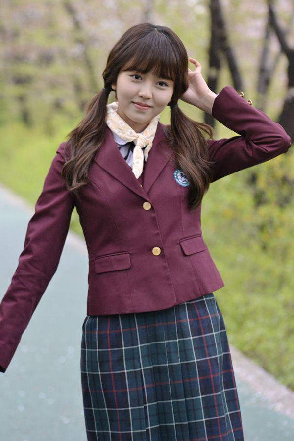두 남자 사이에서 사랑을 듬뿍 받는 여주인공 이은비 역의 배우 김소현. 육성재-남주혁과 함께 '후아유-학교2015' 포스터 촬영 중입니다! 같은 장소, 다른 포즈. 신난 공태광(육성재)! 공태광의 포즈에 배우들 역시 얼었던 표정이 풀렸는데요? 여러분의 선택은? [두근두근 컷] 은비의 손을 잡아주는 이안. 훈남 이안이가 은비의 손을 잡아주는 장면입니다. 두근두근 웃음을 보이는 은비와 공태광, 무슨 일이 있었길래~ 촬영장 분위기 메이커로 소문난 공태광, 은비를 웃긴 그의 악동이미지. 두 남자 주인공과의 단체 포스터 촬영 후 은비는 따로 개별 촬영에 돌입했습니다! 환한 미소를 보이는 은비, 다행이네요~ 방송 전 공개된 스틸을 보면 무릎을 꿇은 채 밀가루와 계란으로 뒤범벅된 은비의 모습이 마음을 짠하게 만들었는데요... 다행히 환한 미소를 : ) 머리도 긁적이고 다양한 포즈를 시도해보는 은비. 계속된 촬영 속에서도 미소를 ...