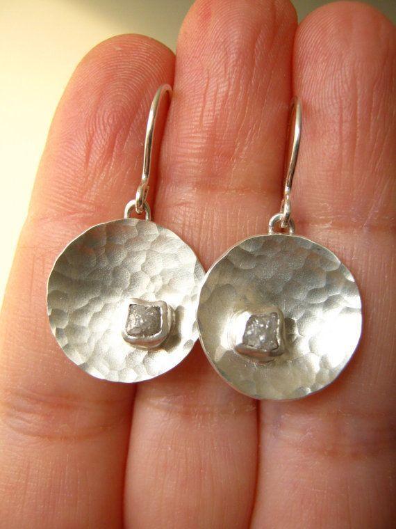 Rohdiamant Ohrringe – Runde gehämmerte Scheibe – baumeln oder Ohrstecker – Sterling Silber – …