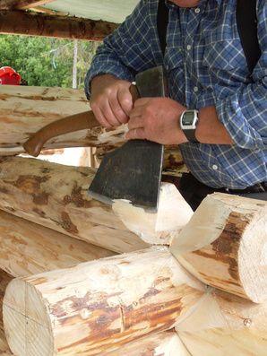 Lafting er en gammel byggemetode. Bruk tømmer fra egen skog og bygg 'di eige bu' eller være med på å bygge til en annen kursdeltakar. Mye av arbeidet må gjøres for hand for å få et tett hus.