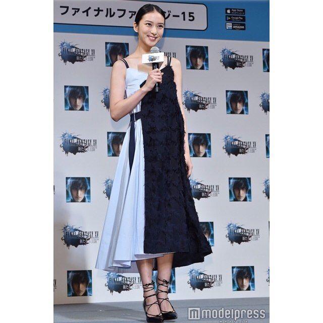 . 咲ちゃんの笑顔可愛い♡ 衣装も相変わらず素敵。 素材が違って、ブルーの色が綺麗! そして肌も白くてとっても綺麗。。 . #武井咲 #takeiemi #ファイナルファンタジー  #FF15