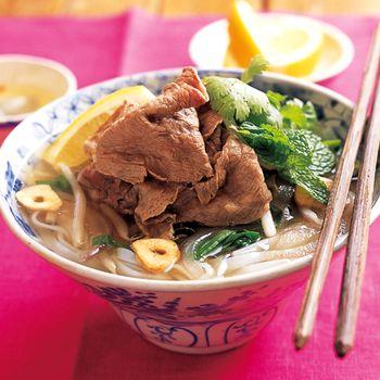 夏にぴったりのベトナムの麺。「フォー」の基本とアレンジレシピ帖 ... ベトナムでポピュラーなフォーボーのおうちレシピ。牛肉のゆで汁を鶏ガラスープ