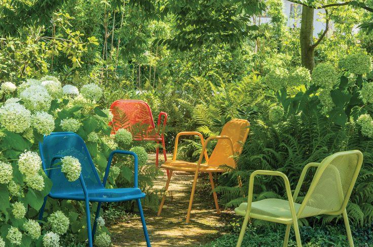 """Der Outdoor-Stuhl """"Golf"""" ist aus Stahl und somit extrem wetterbeständig. Seine ergonomische Sitzfläche ist flexibel, sodass angenehmes Sitzen auch ohne Sitzkissen möglich ist."""