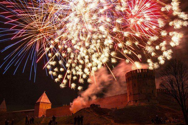 Праздник фейерверков возле крепостной стены. Смоленск.