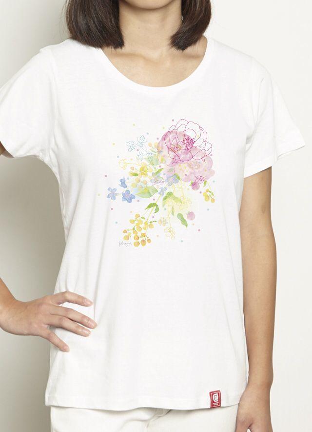 『flowers from heart/ヒフミヨイ』 「2014年東急ハンズオリジナル年賀状デザインコンペ」大賞受賞など、イラスト、デザイン、アートと幅広く活動中の「ヒフミヨイ」作品! 「荒れた心にもそっと花の咲くような作品を目差して制作しました。」という、かわいい作品が、レディースTシャツになりました!着るとこんな感じに。