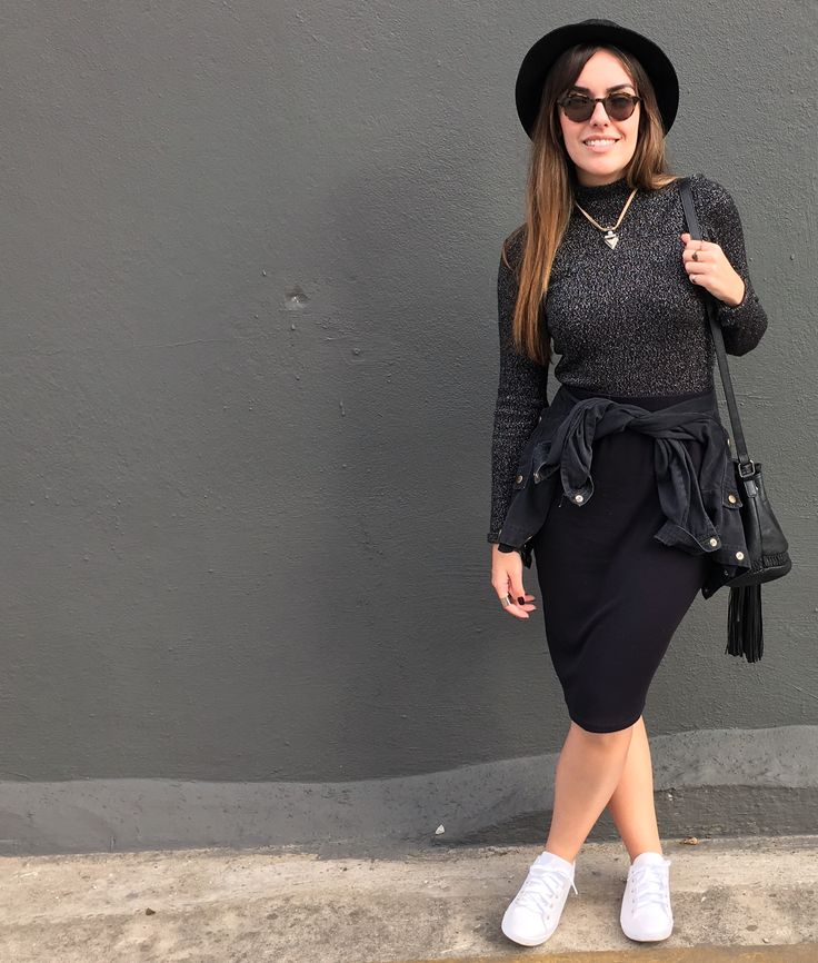 Look com blusa cropped, saia midi justa, jaqueta de brim amarrada na cintura, tênis e chapéu. Colar com pingente de triângulo @interiorbijuterias.