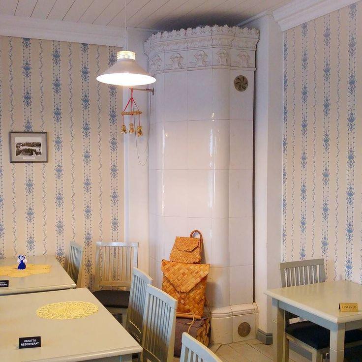 Jos hakee Helsingin keskustan tuntumasta rauhallista lounaspaikkaa jossa pääsee aistimaan samalla perinnemiljöötä vastaa Kaisaniemenrannan lähes 200-vuotiaassa empirehuvilassa sijaitseva Ravintola Viola huutoon. Kakluunit listoitukset ja paperitapetit on hoidettu tikkiin kuten arvokas miljöö edellyttääkin. Vahva suositus myös vauvaperheen perspektiivistä! #empiretyyli #rakennusperintö #vanhatalo #tunnistatyylikausi #rakennusperintölounas #puutalo #byggnadsvård