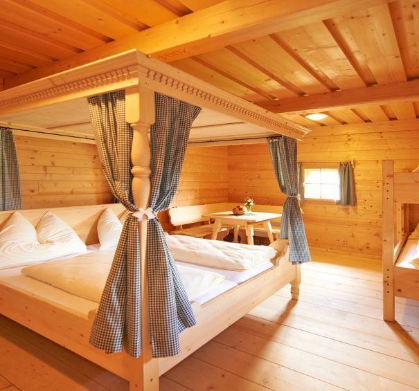 Gemutliches Schlafzimmer Mit Himmelbett Und Stockbett Gemutliches Schlafzimmer Outdoor Dekorationen Aussenmobel