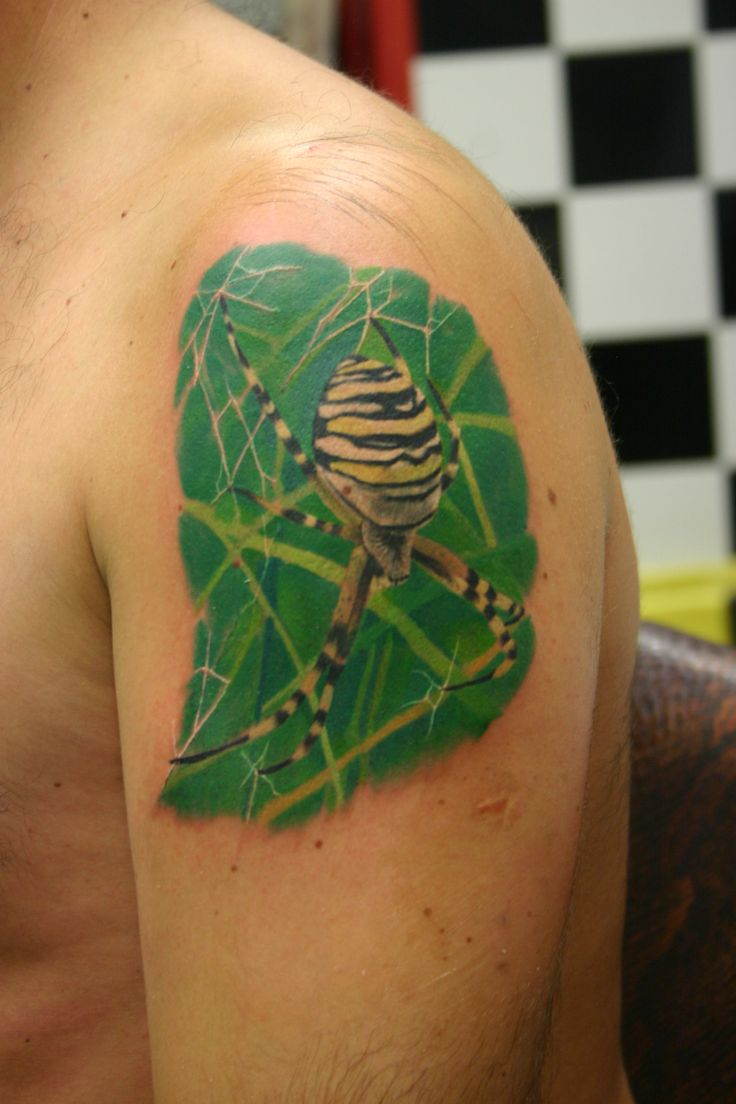 wasp spider tattoo realistic / ragno vespa tatuaggio realistico