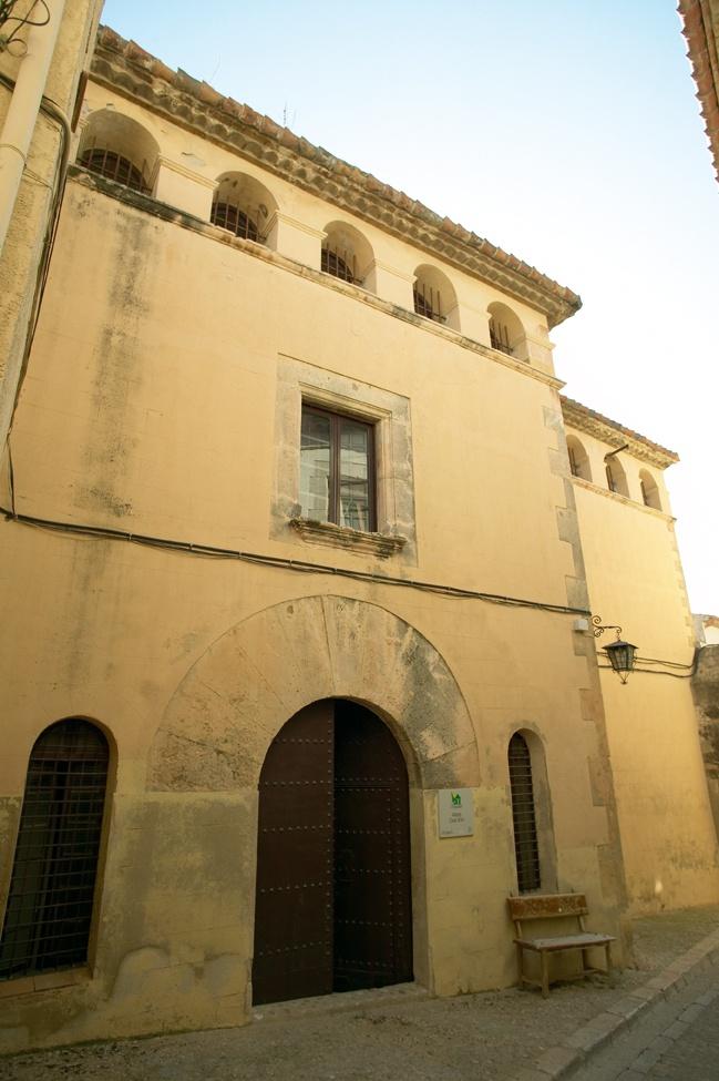 Casa Gran - Altafulla. Alberg situat en una de les tres edificacions més voluminoses d'Altafulla, té un caràcter singular pel fet de procedir d'una antiga masia amb un pati adjunt amb terrassa i té una torre que pertany a l'antiga muralla.