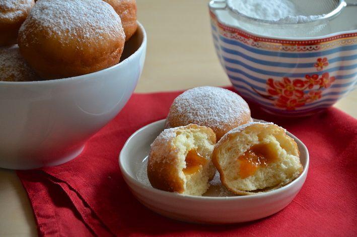 Recept na nebeské koblížky podle Dity P. Tyhlety se skvělou meruňkovou marmeládou od mojí mámy.