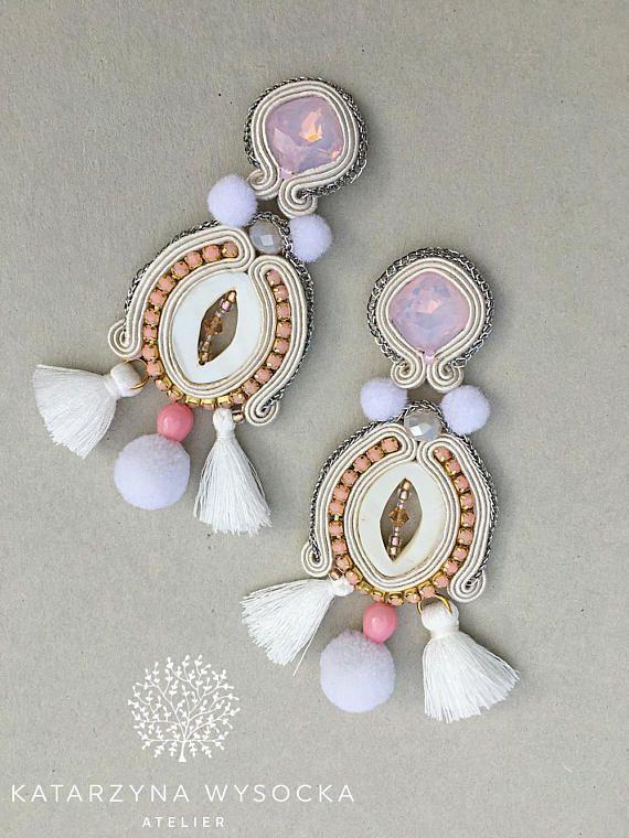 Elegant, handgemacht, weiß / Creme / rose Soutache Ohrringe mit Fransen und Pompons. Die Ohrringe könnte ein perfektes Accessoire für eine Party, Abendkleid, aber auch für eine ausgefallene Outfit. Lange, gut sichtbar - eine besondere Note zu den Look zu geben! Wenn Sie sie für Ihre