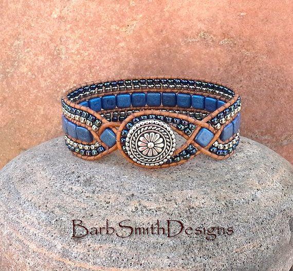« La princesse diamant » La « princesse » est une version de « La Reine des diamants ». Le point focal de la princesse est ses deux 2 « diamants » tchèque Suède bleu tuile de perles de verre. Elles sont cousues dans un cordon tressé en détresse-finition indien en cuir marron clair. Autour de la rangée centrale de daim Bleu tuile perles, sont 2 deux doubles rangées de perles de rocailles argent et Cosmos métallique. Fermeture à l'avant est un bouton de Bali argenté 5/8 po avec une boucle...