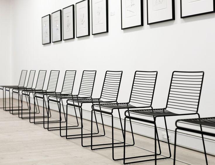 Fikastol från Danska HAY, modell Hee Dining. Hee Dining är en stilren stol i pulverlackad metall som finns för både inomhus och utomhus bruk i flera färger.