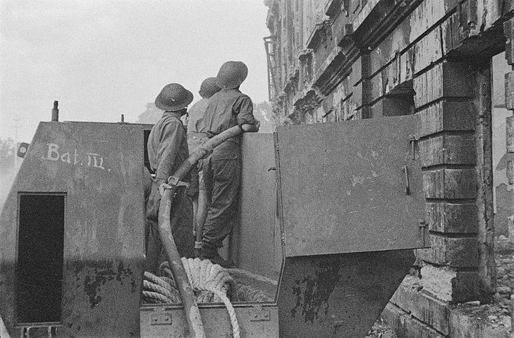 Blussen van een brand in een verwoest Bandoeng. Datum 1946.