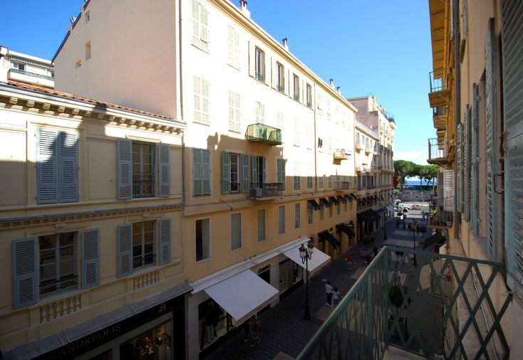 City Living Near the Beach in Nice!    Charming apartment in central Nice,  near the beach, with a balcony to have a glass of wine while you watch the world go by.
