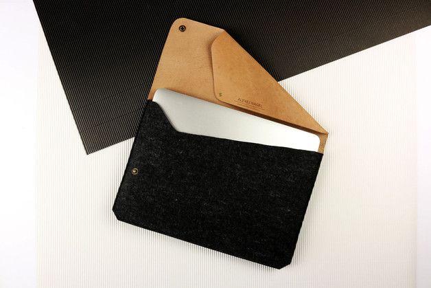 """Hülle für dein MacBook 15"""" Pro in einzigartigem Design  Diese Notebook Hülle ist eine perfekte Kombination aus Filz und pflanzlich gegerbtem Leder. Sie wurde in Handarbeit gefertigt für MacBook..."""