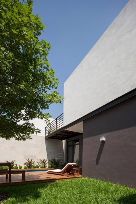 Vivienda adosada en Monterrey, de dos plantas, pero con una organización muy peculiar. Uso de iluminación cenital, texturas de piedra, madera, y pérgolas.