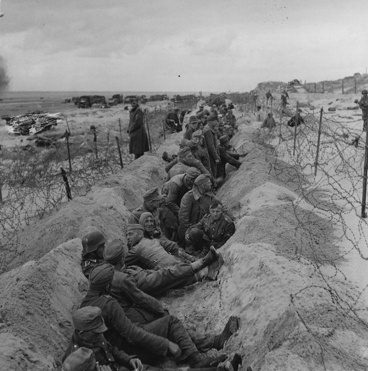 1944, France, Normandie, Des POWs allemands dans un fossé sur la plage, D-Day