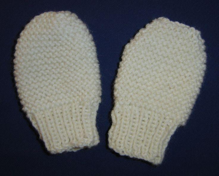 Voici deux petites moufles toutes simples et bien assorties aux autres vêtements déjà tricotés. 3/6 mois, 9/12 mois,18 mois/2 ans Nombre de pelotes : 1 pelote Échantillon : 22 m. X 30 rgs Aiguilles : n° 3,5 Points employés : point mousse, côtes 1/1 Montez...