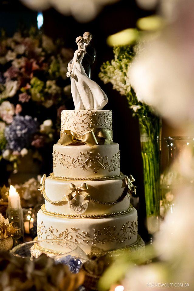 Bolo escândalo, super clássico com laços e detalhes em dourado. Topo de bolo Lladró. Bolo: Wagner Bertazzo | Decoração: Rosa Rosé | Foto: Rejane Wolff