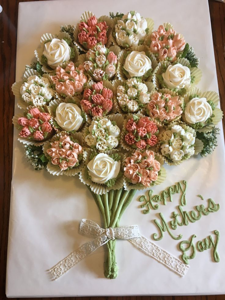 Buttercream flowers on cupcake bouquet were made with Russian piping tips  – Torten