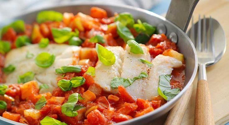 Tomatisert seigryte med grønnsaker En tomatgryte med sei og ferske grønnsaker er vanskelig å motstå. Servert med pasta er det en enkel og mettende rett. 700 g seifilet (uten skinn og bein)1 ts saltfrisk basilikumGrønnsaker1 stk purre1 stk løk1 stk gulrot0,25 grønn squash0,5 rød paprika800 g grovhakkede tomater (hermetiske)oljesalt