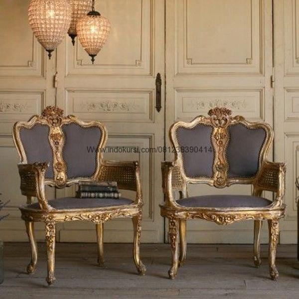 JualKursi Sofa Jok Busa Model Ukiran merupakan desain Produk Kursi Teras dengan warna Cat emas yang cantik dan Jok Busa yang nyaman untuk anda dengan bahan kayu Mahoni