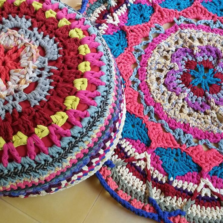 #alfombra y #puf de #ganchillo #multicolor #trapillo #multicoloured #crochet #rug #pouf #boho #bohemian