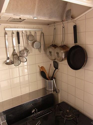 ブログ「 片付けたくなる部屋づくり」より…あえて鍋も見せ収納、S字フックを使うだ... : 【キッチンインテリア】団地・社宅・アパートで壁に穴をあけずに楽しむインテリア実例 - NAVER まとめ