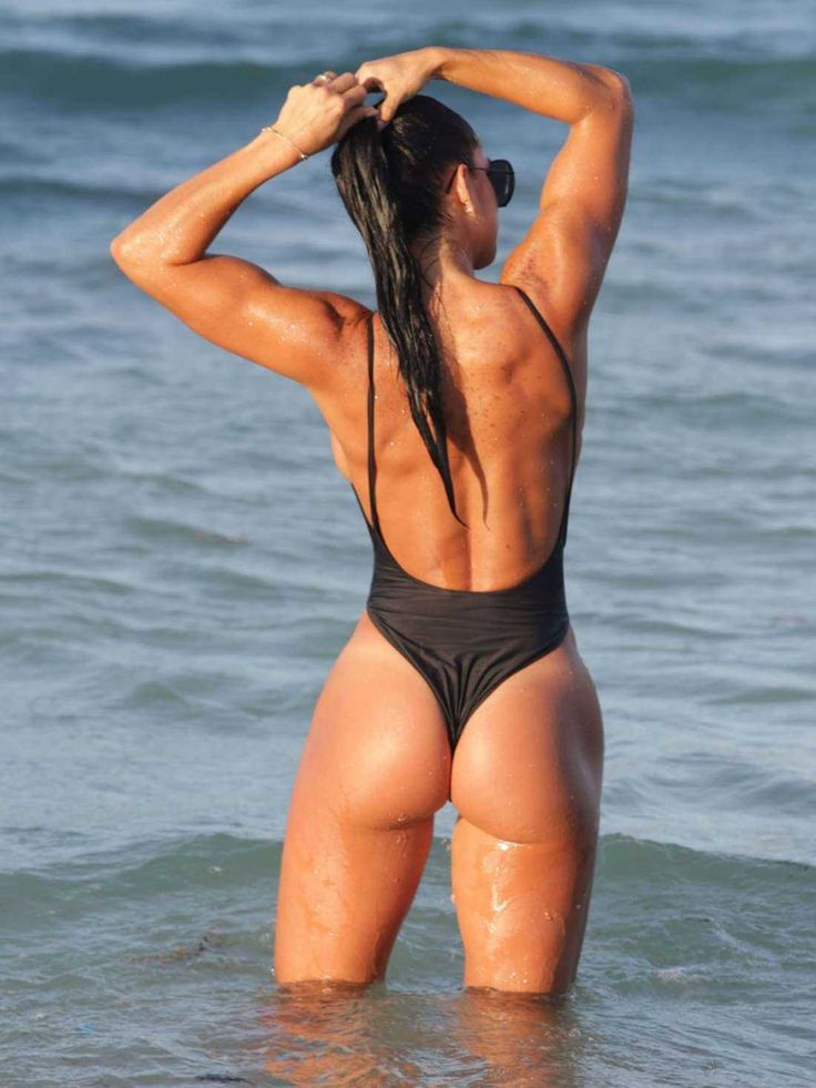 michelle-lewin-in-black-swimsuit-2016-12