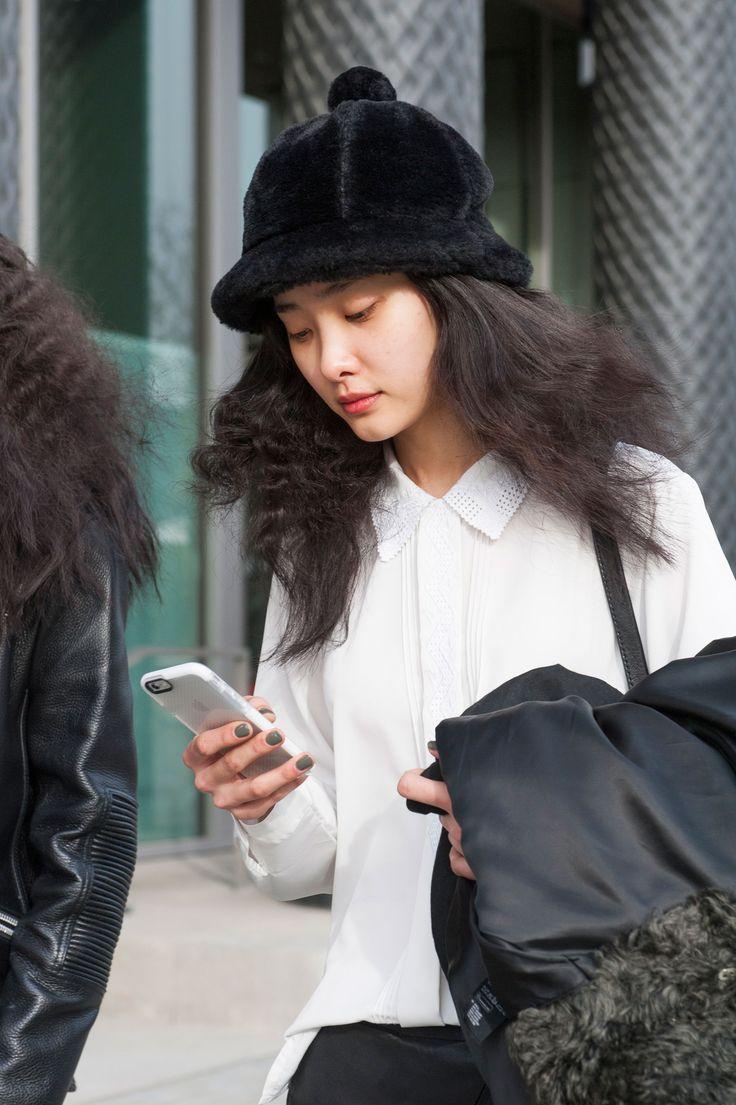 È nero e a pelo corpo, ma questo cappellino ci ricorda molto quello di Sherlock Holmes. Sarà perché siamo a Londra. Cosa ci piace anche? La camicia con colletto francese e bottoni nascosti.  -cosmopolitan.it