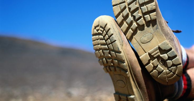 Instrucciones de la bota ortopédica. Las botas ortopédicas son utilizadas por personas que han sufrido una lesión en el pie, tobillo o en la pierna. Estas botas son utilizadas por personas con esguinces de tobillo, lesiones de tejidos blandos, fracturas o que se recuperan de la cirugía del pie o de la pierna. Las botas prestan apoyo al tobillo y a la pierna, sin inhibir movilidad. ...