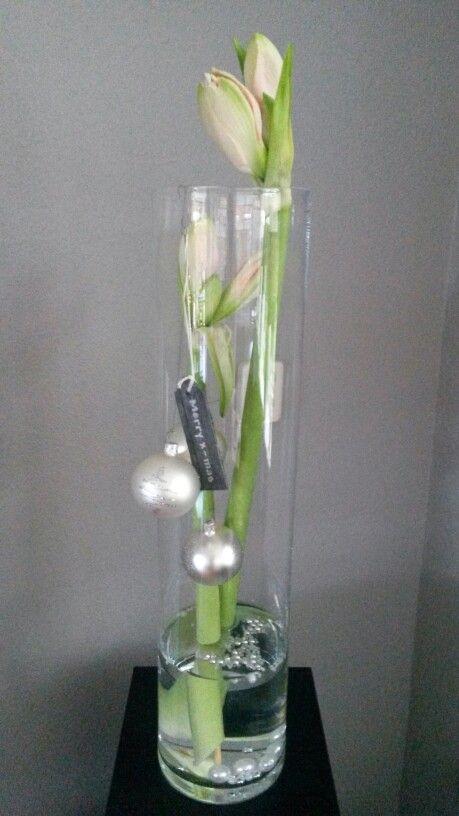 Hoge vaas met bloemen en ballen.
