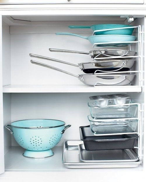 30. Вертикальное хранение посуды в кухонном шкафу с помощью держателей