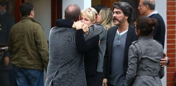 Com a filha e o namorado, Xuxa se emociona no sepultamento do irmão #Ator, #Atriz, #Filha, #Morreu, #Novela, #OsDezMandamentos, #Pedro, #Record, #RioDeJaneiro, #Xuxa http://popzone.tv/com-a-filha-e-o-namorado-xuxa-se-emociona-no-sepultamento-do-irmao/
