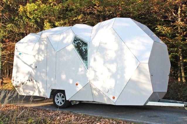 Dimenticate i vecchi rimorchi rustici e squadrati, Mehrzeller è una casa mobile personalizzabile per viaggiatori molto esigenti. #riccardomorini