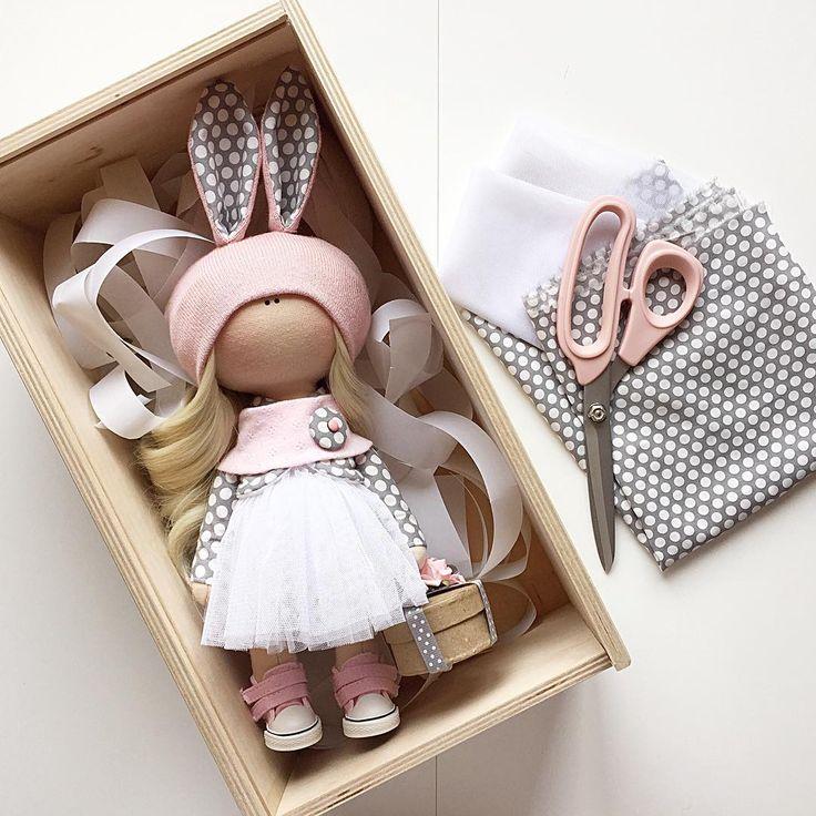 #ткани #кукла #обувьдлякукол #тильда #своимируками #сделайсам #авторскаякукла #ручнаяработа #подарок #сделайсам #розовый #интерьернаякукла #обувьдлякукол #шапкадлякуклы #текстильнаякукла