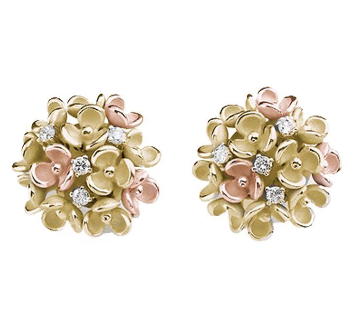 Женские серьги с бриллиантами не всегда ограничивается драгоценным камнем в золотом обрамлении. Иногда они расцветают бутонами в роскошный букет, солнечный и женственный, на котором нежными каплями разбросаны бриллианты. Такие наши серьги из желтого золота, созданные для утонченных натур, на ушах которых, как и в душе всегда будет цвести весна.