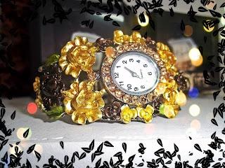 Reloj de mujer tipo pulsera, con flores decorativas en dorado y plateado
