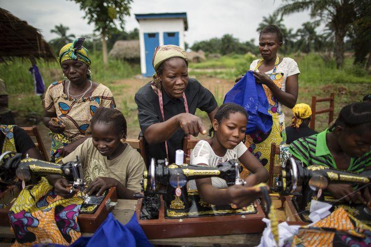 Suor Angélique (al centro) insegna a cucire ad alcune ragazze della remota città di Dungu, nella parte nord-orientale del Congo. Questa regione è tra le più colpite dalle violenze del gruppo ribelle dell'LRA, che hanno causato la fuga di migliai di persone. Suor Angelique aiuta le donne vittime di violenza  ricostruire la propria vita. www.unhcr.it UNHCR/B. Sokol